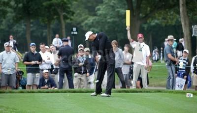 Fototapeta FARMINGDALE,, NY - 16 czerwca: Tiger Woods tees 12 otwór na Czarnej golfowe podczas US Open w dniu 16 czerwca 2009 w Farmingdale, Nowy Jork w 2009 roku.