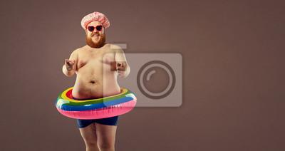 Fototapeta Fat śmieszny człowiek w nadmuchiwanym pierścieniu.