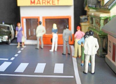 Fototapeta Fila de personas haciendo cola para comprara en el supermercado y manteniendo la distancia social recomendada, para frenar el contagio del Covid-19