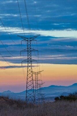 Fototapeta fila de torres eléctricas sobre atardecer precioso