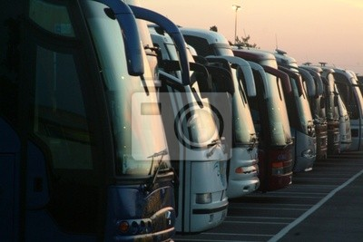 Fototapeta Fila di autobus al Tramonto