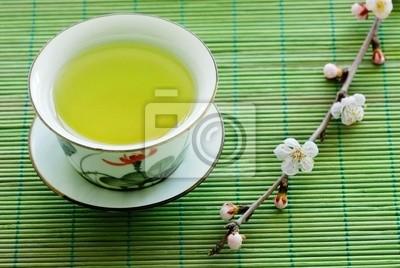 Filiżanka herbaty ziołowej na bambusowych słomek