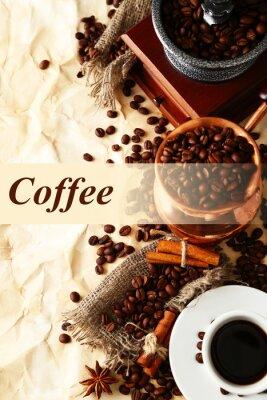 Filiżanka kawy, dzbanek i szlifierki na beżowym tle