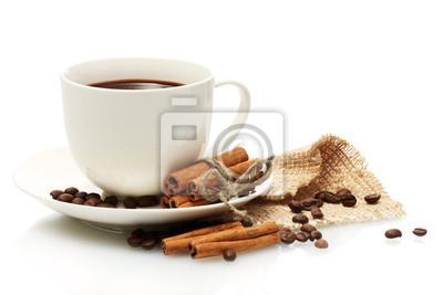 filiżanka kawy, fasoli i pałeczek cynamonu samodzielnie na białym tle
