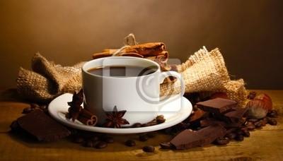 filiżanka kawy i fasoli, laski cynamonu, orzechów i czekolady