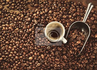 Filiżanka kawy i miarka na fasolach