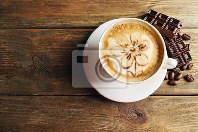 Filiżanka kawy latte art ziarna i czekolady