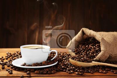 Filiżanka kawy z fasolami na stole