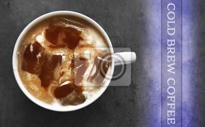 Filiżanka kawy z lodem na szarym tle