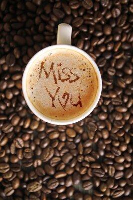 Filiżanka kawy z słowami Miss You na piance, widok z góry