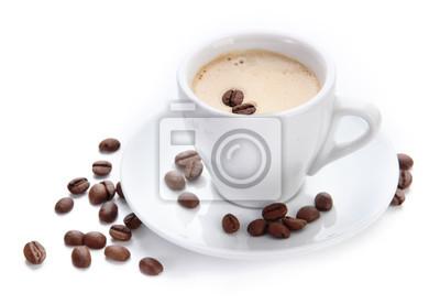Filiżanka kawy z ziaren kawy, na białym tle