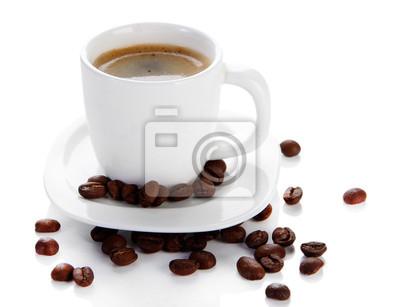 Filiżanka kawy z ziaren kawy, odizolowane na białym