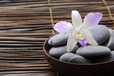 Fioletowe orchidee w drewnianej misce