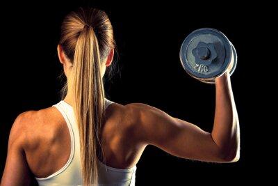 Fototapeta Fitness girl - atrakcyjna młoda kobieta pracuje obecnie z hantle