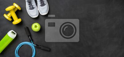 Fototapeta Fitnessausrüstung auf dunklem tła