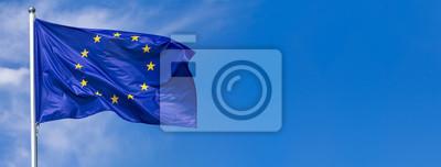 Fototapeta Flaga Europejski zjednoczenie falowanie w wiatrze na flagpole przeciw niebu z chmurami na słonecznym dniu, sztandar, zakończenie