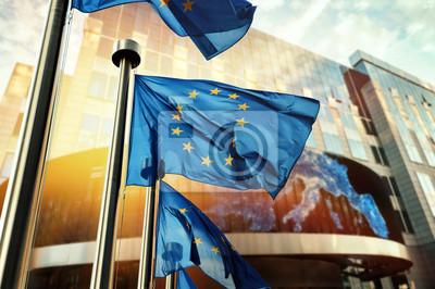 Fototapeta Flagi UE machają przed budynkiem Parlamentu Europejskiego. Bruksela, Belgia