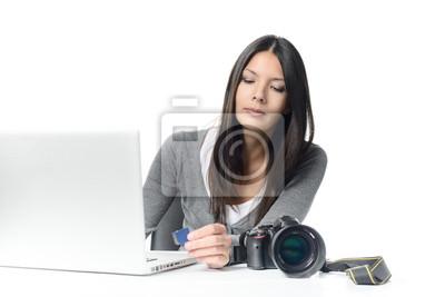 Fototapeta Fotografin steckt SD-Karte w den Kartenleser des Laptopy
