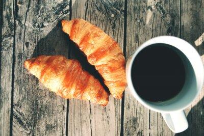 Fototapeta Francuskie rogaliki na drewnianym stole filiżanka kawy i czarnej