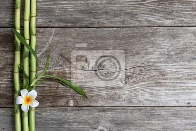 frangipani kwiat i bambusa na drewnianym tle