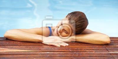 Frau entspannt am Beckenrand