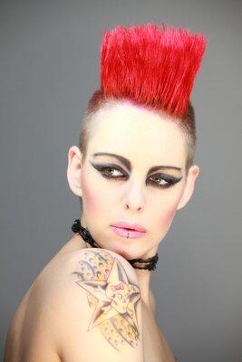 Fototapeta Frau mit rotem Iro Punk Tattoo