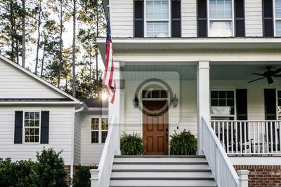 Fototapeta Frontowy ganek z schodami Wszystko Amerykański Biały dom wiejski z Drewnianymi drzwiami