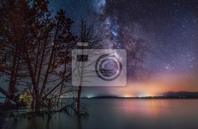 Galaktyka Drogi Mlecznej na jeziorze. Piękny nocny krajobraz.