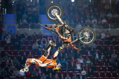 Fototapeta GDAŃSK, POLSKA - 27 listopada: Profesjonalny jeździec w zawodach FMX Freestyle Motocross na Night of the Jumps 2011.