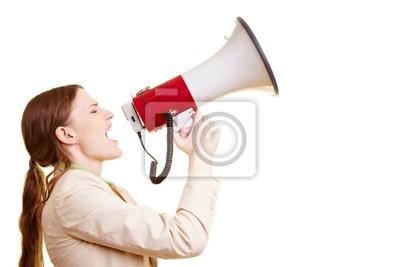 Geschäftsfrau schreit w ein Megafon