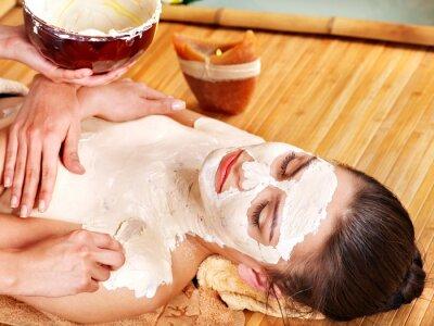 Girl posiadające gliny organ maski stosuje się przez kosmetyczka.