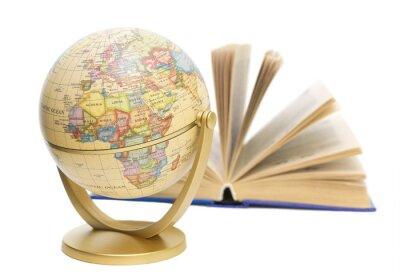 Fototapeta globus i książki na białym tle