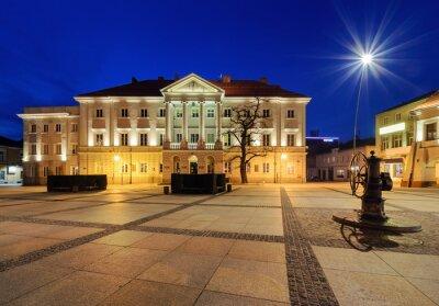 Fototapeta Główny plac Rynek i Ratusz w Kielcach, po zachodzie słońca.