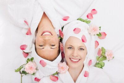 Fototapeta Glückliche freundinnen im spa