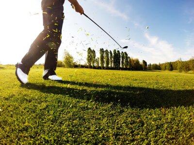Fototapeta Golfista wykonuje rzut golfa z torami.