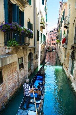 Fototapeta Gondola w wąskim kanałem w Wenecji