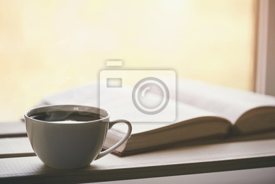 gorąca kawa i książka w porannym słońcu