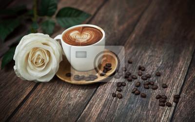 Gorąca kawa i piękna biała róża