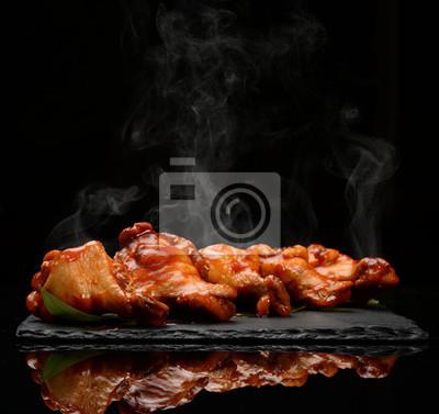 Fototapeta Gorące i pikantne grillowane skrzydełka z kurczaka z dipem i ostrym sosem na czarnej płycie kamiennej
