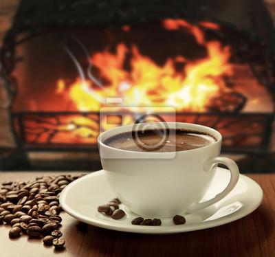 gorącej kawy w pobliżu kominka
