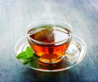 Fototapeta Gorący kubek herbaty z liści mięty na ciemnym tle tamtejsze