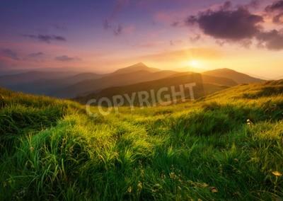 Fototapeta górskiej dolinie w czasie wschodu słońca. Naturalny krajobraz lato