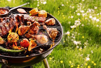 Fototapeta Gotowanie na grilla letnim nad gorącym ogniem
