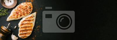 Fototapeta Grillowana pierś z kurczaka na czarnym łupku