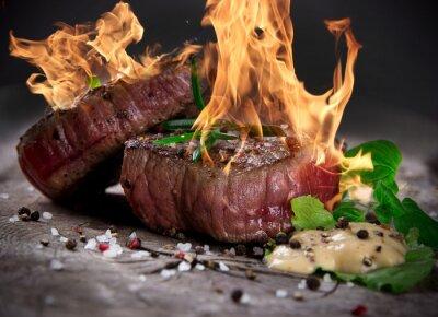 Fototapeta Grillowane steki z grilla z płomieni ognia