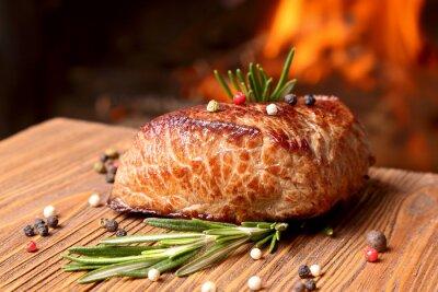 Fototapeta Grillowany stek wołowy na tle pożaru