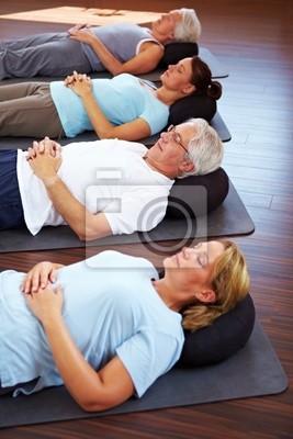 Grupa czyni medytację