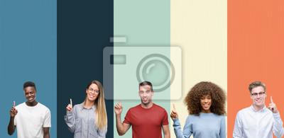 Fototapeta Grupa ludzi nad rocznika kolorów tłem pokazuje up i wskazuje z palcem liczba jeden podczas gdy ono uśmiecha się ufny i szczęśliwy.