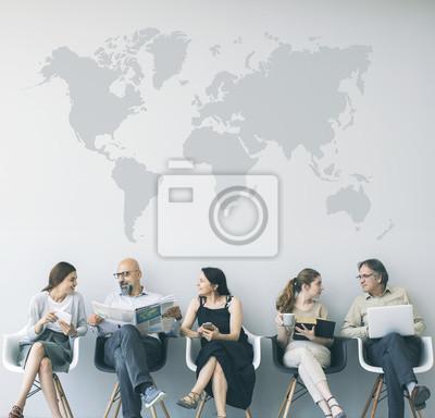 Fototapeta Grupa ludzi siedzi na krzesłach