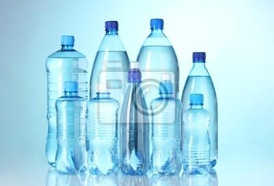 Grupa plastikowe butelki wody na niebieskim tle